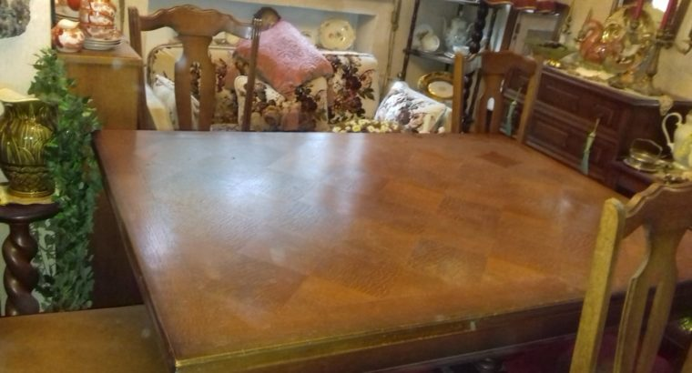 Big table with chairs  – Großer Tisch mit Stühlen